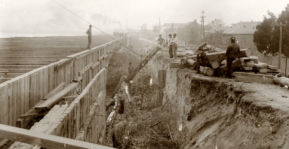 Workers repair levees near Canal Street in New Orleans, 1899. Courtesy of the Historic New Orleans Collection, 1974.25.17.242